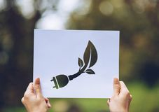 保存世界生态概念环境保护用举行被删去的纸陈列的手 免版税库存图片