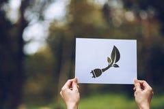 保存世界生态概念环境保护用举行被删去的纸陈列的手 库存图片