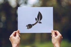保存世界生态概念环境保护用举行被删去的纸陈列的手 免版税库存照片