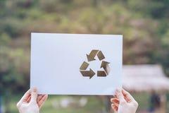 保存世界生态概念环境保护用拿着被删去的纸的手回收陈列 免版税库存照片