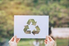 保存世界生态概念环境保护用拿着被删去的纸的手回收陈列 库存照片