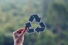 保存世界生态概念环境保护用拿着被删去的纸的手回收陈列 图库摄影