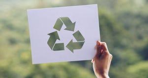 保存世界生态概念环境保护用拿着被删去的纸的手回收陈列 库存图片