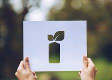 保存世界生态概念环境保护用拿着被删去的纸的手留下电池挽救能量陈列 库存图片