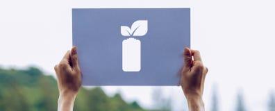 保存世界生态概念环境保护用拿着被删去的纸的手留下电池挽救能量陈列 图库摄影