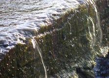 保存水的关闭透明水落在小流程的-环境水色 免版税图库摄影