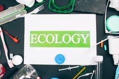 塑料污染概念 保存海洋生态 与词生态的纸在五颜六色的单一用处塑料的中心 库存图片