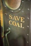 保存煤炭在老蒸汽供给动力的机车发动机 库存图片