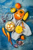 保存瓶子的用卤汁泡的腌汁 自创黄色菜腌汁 被发酵的食物 顶视图 免版税图库摄影