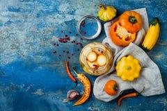 保存瓶子的用卤汁泡的腌汁 自创黄色菜腌汁 被发酵的食物 顶视图 图库摄影