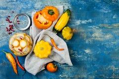 保存瓶子的用卤汁泡的腌汁 自创黄色菜腌汁 被发酵的食物 顶视图 库存图片