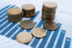 保存的堆铸造金钱图和座标图纸 财政,认为,统计、分析研究数据和商业公司m 库存照片