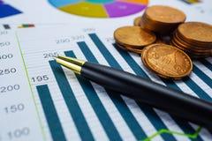 保存的堆铸造金钱图图表 财政发展,银行会计,统计投资分析研究数据, S 免版税图库摄影