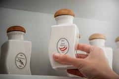 保存的香料瓶子 白色陶瓷瓶子 免版税库存照片