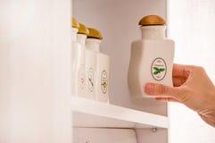 保存的香料瓶子 白色陶瓷瓶子 库存图片