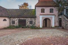 保存良好的大厦、街道和塔在一个小被围住的中世纪镇有罗马式和哥特式建筑的例子的 图库摄影