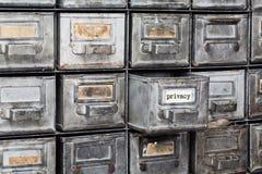 保密性信息概念 与被打开的金属箱子的文件系统 年迈的纸织地不很细标识牌 减速火箭的样式存贮 库存照片