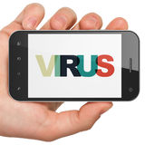 保密性概念:拿着有病毒的手智能手机在显示 库存图片
