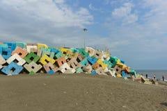 保护一个海港的明亮的混凝土结构在爱德乐免受波浪 多云天在初夏 免版税库存图片