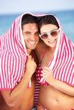 保护从在海滩节假日的太阳的夫妇 图库摄影
