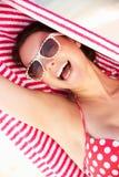 保护从在海滩节假日的太阳的妇女 库存图片