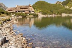 保护在五个湖谷- Tatra山。 免版税库存照片