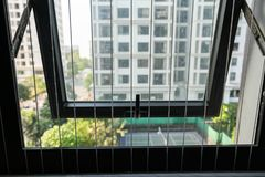 保护在被打开的区域的铁丝网在公寓的窗口 上升的孩子的预防  免版税图库摄影