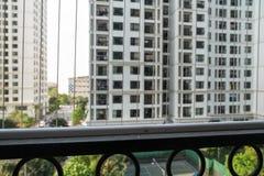 保护在被打开的区域的铁丝网在公寓的窗口 上升的孩子的预防  库存照片