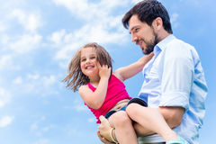 保护她的父亲运载的女儿 库存照片