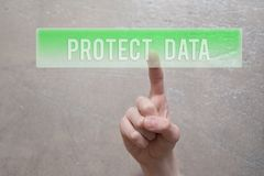 保护数据-按绿色按钮的手指 库存图片