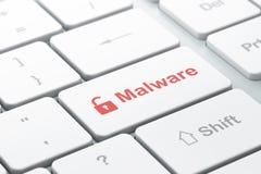 保护概念:被打开的挂锁和Malware在键盘背景 免版税图库摄影