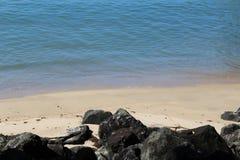 保护海岛的岩石墙壁 免版税库存图片