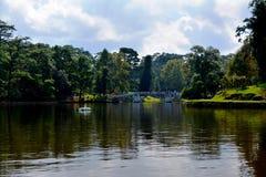 保护湖晴朗的天空 免版税库存图片