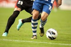 保护球的足球运动员 库存图片