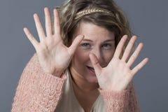 保护自己的害怕的年轻白肤金发的妇女 免版税库存照片