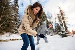保护自己的少妇从雪 免版税库存图片