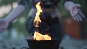 保持在火火球的无法认出的妇女,为与火焰的执行的展示做准备户外 女性艺术家 股票录像