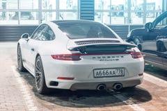 保时捷白色911 Carrera 4s 荷兰男人飞行堡垒保罗・彼得・彼得斯堡餐馆俄国圣徒 2018年3月02日 免版税库存图片