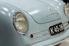保时捷356 nr 站立在大众集团论坛驱动的1件跑车复制品在柏林,德国 免版税图库摄影