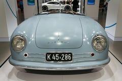 保时捷356 nr 站立在大众集团论坛驱动的1件跑车复制品在柏林,德国 库存图片