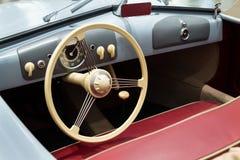 保时捷356 nr 站立在大众集团论坛驱动的1件跑车复制品在柏林,德国 免版税库存图片
