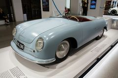 保时捷356 nr 站立在大众集团论坛驱动的1件跑车复制品在柏林,德国 免版税库存照片