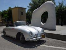 保时捷356 speedster经典蜘蛛和雕塑在pietrasan 库存图片