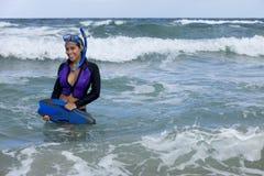 保温潜水服去的潜航的俏丽的妇女 图库摄影