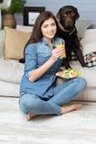 保留一种健康生活方式的令人敬佩的快乐的妇女 免版税库存照片