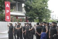 保留传统市场贸易商行动示范苏加诺的警察在Sukoharjo 免版税库存照片