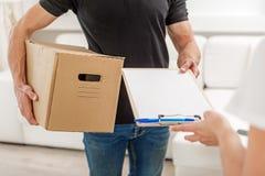 保留剪贴板和笔的人 免版税库存照片