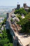 保留塔和摩尔人城堡长的悬墙  辛特拉 Po 免版税库存图片