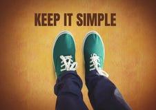 保留它简单的文本和绿色鞋子在脚有土气背景 免版税库存图片