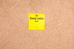 保留安静和 在关于黄柏板的黄色稠粘的笔记 库存照片
